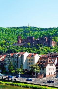 Heidelberg in Baden-Württemberg in Deutschland bei Sonnenschein mit dem Heidelberger Schloss im Hintergrund