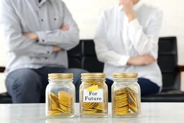 将来のためのお金について考える夫婦