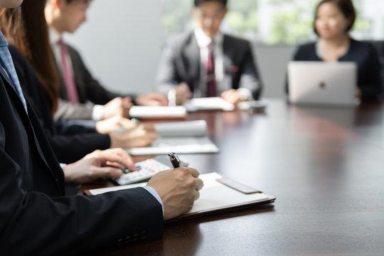 明るい会議室でミーティングをしているビジネスマン