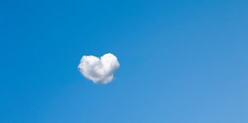 Herzwolke in Blauem Himmel