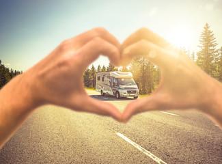 Reisemobil auf einer Strasse in Skandinavien