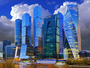 Photo sur Aluminium Bleu fonce Moscow City business center with light reflections in Moscow river