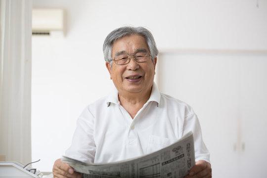 日常生活、新聞を読む日本人シニア