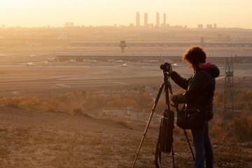 Fotografos fotografiando un atardecer. Situacion real de grupo de fotografos haciendo fotos a un paisaje del skyline de una ciudad europea, Madrid