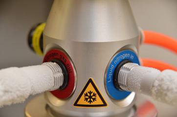 Kryobehälter befüllen mit flüssigem Stickstoff