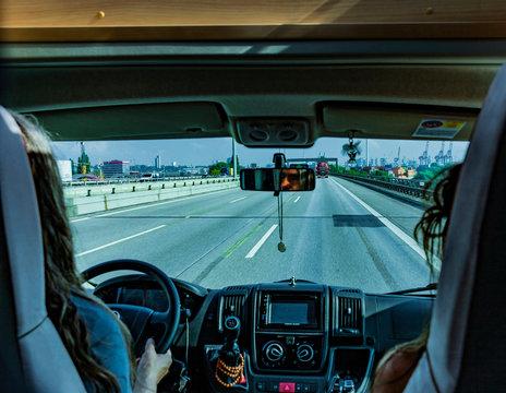 Mit dem Reisemobil unterwegs auf der Autobahn