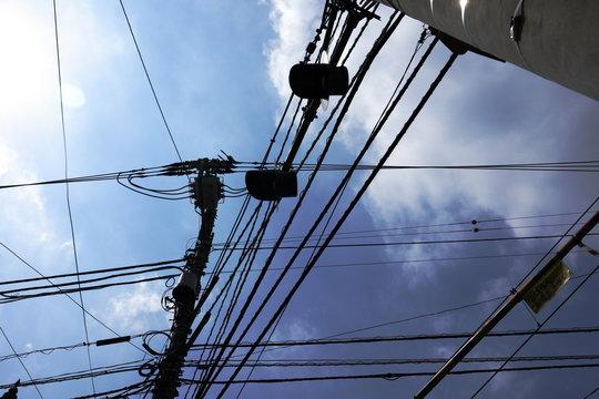 街中の電線と電信柱