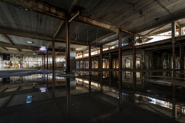 Foto op Plexiglas Oude verlaten gebouwen Interior view of abandoned factory warehouse in Detroit, Michigan