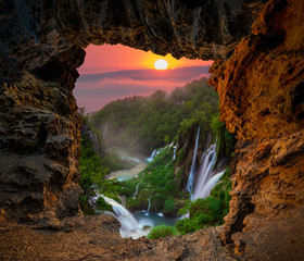 Fotomurales - Waterfall in the Plitvice Lakes National Park seen from a natural rock cave