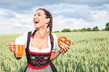 Fototapete - Frau lachend mit Bierglas im Feld