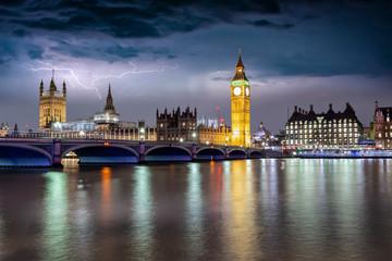 Fotomurales - Blick auf den beleuchteten Westminster Palast mit Big Ben Turm an der Themse bei Gewitter und Sturm in London, Großbritannien