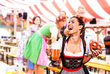 Fototapete - Frau im Sexy Dirndl im Bierzelt mit Bier Maß