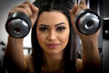 mulher fazendo musculação e exercícios