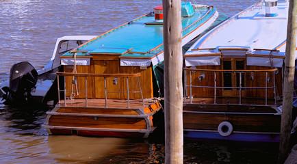 Catamaranes amarrados en el puerto de frutos del Delta en el Tigre, Provincia de Buenos Aires. Río de la Plata. Agua, puerto y botes.  Fototapete