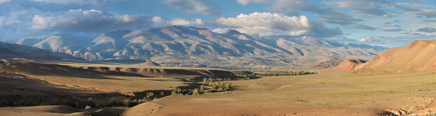 Photo sur Aluminium Singapoure Panoramic view of mountains in the south of Altay, Mongolian landscapes. Dry mountain slopes, picturesque sky and evening light.