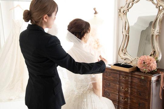 花嫁の身支度をする女性