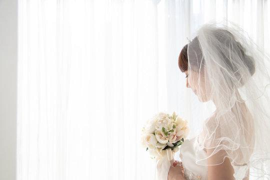 窓辺で微笑む花嫁
