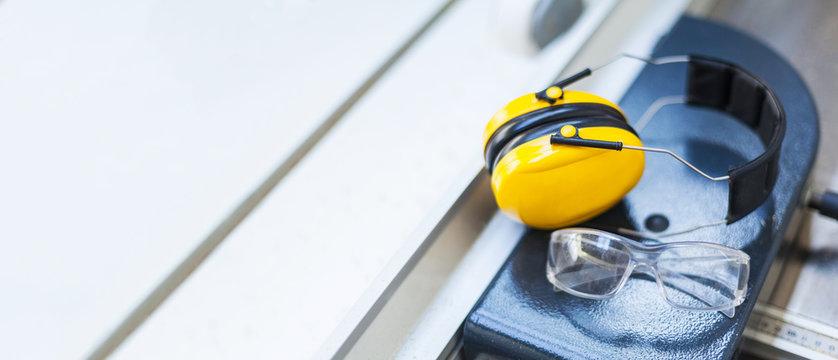 Arbeitsschutz Schutzbrille und Gehörschutz auf Kreissäge in Werkstatt Hörschutz, Lautstärke, Augenschutz