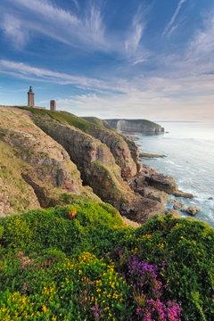 Cap Frehel - Aussicht auf einen Leuchtturm an der Steilküste in Frankreich mit Blick auf das Meer