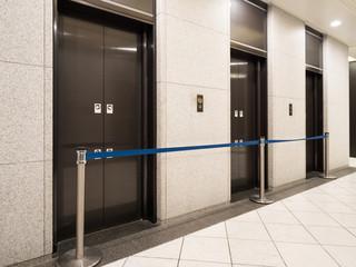 Fototapete - 閉鎖中のエレベーター