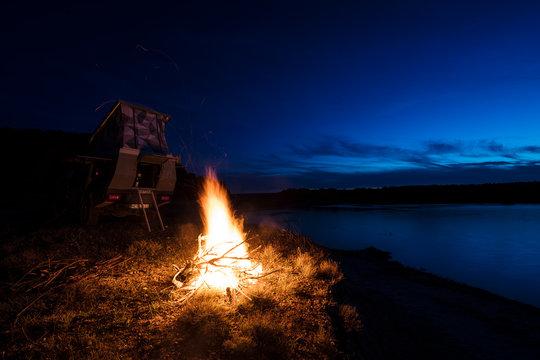 Camper mit Lagerfeuer