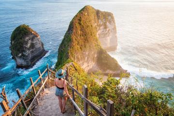 Türaufkleber Bali Traveler Exploring Kelingking Beach in Nusa Penida Island, Bali, Indonesia