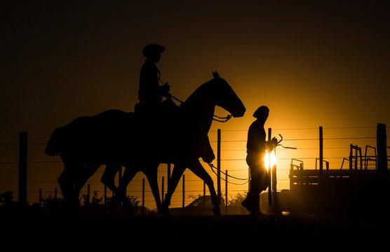 Gauchos / Cowboys  im Abendlicht
