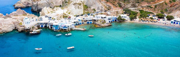 Panoramasicht auf das Dorf und den Strand von Firopotamos auf der insel Milos, Kykladen, Griechenland