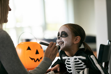 Skeleton: Applying Face Powder With Makeup Brush