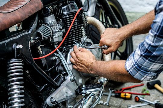 Motorrad Reparatur / Kupplungsdeckel festziehen