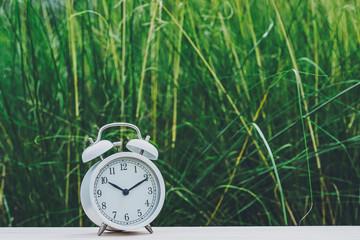 目覚まし時計と緑背景