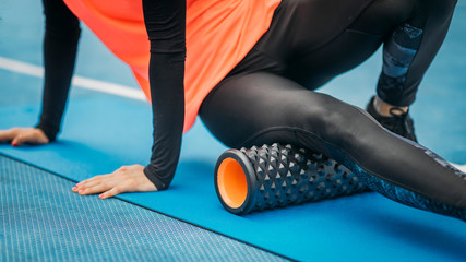 Poster Ontspanning Female Athlete using Foam Roller