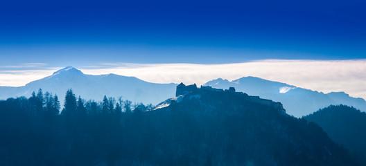 Romania in winter. Rasnov fortress and Bucegi mountain Fototapete