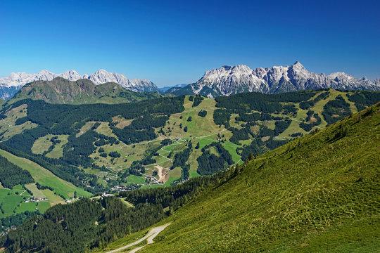 Panoramablick über die Berge und Täler bei Saalbach-Hinterglemm in Salzburg