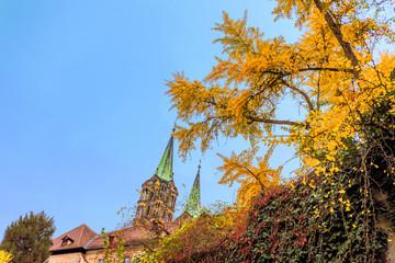 Wall Mural - Bamberger Dom mit Ginkgo-Baum im Herbst