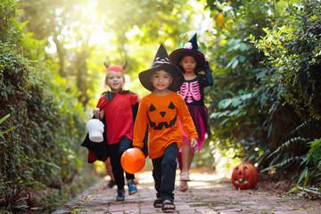 Kids trick or treat. Halloween fun for children. Fototapete