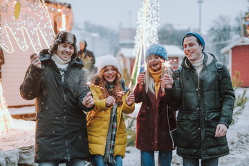 Fototapete - Happy young people enjoying their winter holidays