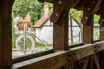 Wasserradbrunnen mit Holzbrücke in Reutlingen Betzingen