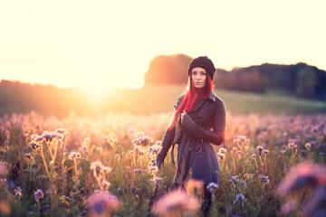 Junge Frau im gegenlichtigen Phacelia Blumenfeld