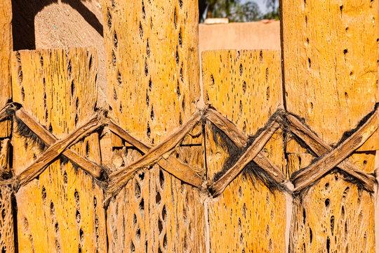 Puerta hecha con madera de cactus del desierto de Atacama