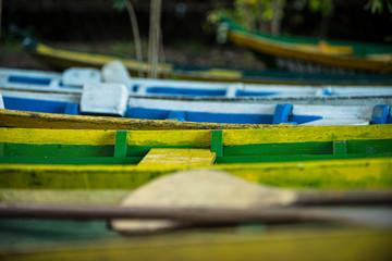 Barcos e canoas coloridos