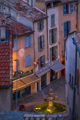 Fototapeten Schmale Gasse Street in Valensole, Provence
