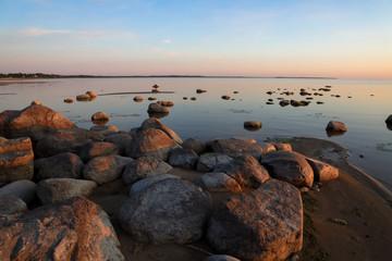 Foto op Plexiglas Diepbruine Calm evening landscape view of the lake and stones. Shot on Lake Peipsi, Russia