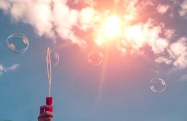 Papier Peint - soap bubbles into the sunset with beautiful bokeh.close-up