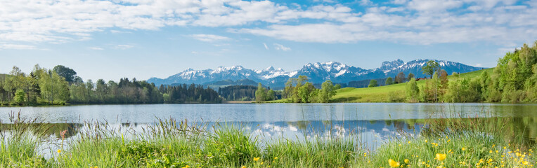 Foto op Canvas Pistache Bergsee im Frühling - Breitbildformat