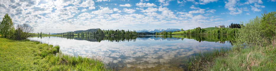 Breitbildformat - Klarer Bergsee im Ällgäu