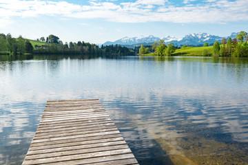 Spiegelungen in einen klarem Bergsee im Allgäu