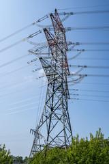 Hoher Stahlmast mit Stromleitungen