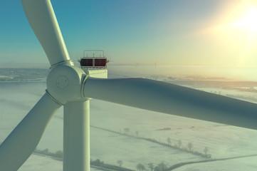 Windenergieanlage im Winter bei Schnee und Nebel im GegenlichtLuftbild und Nahaufnahme