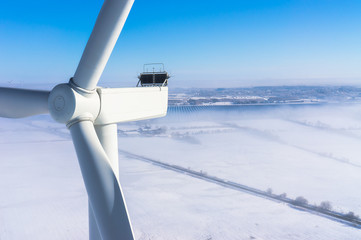Windenergieanlage im Winter bei Schnee und Nebel Luftbild und Nahaufnahme